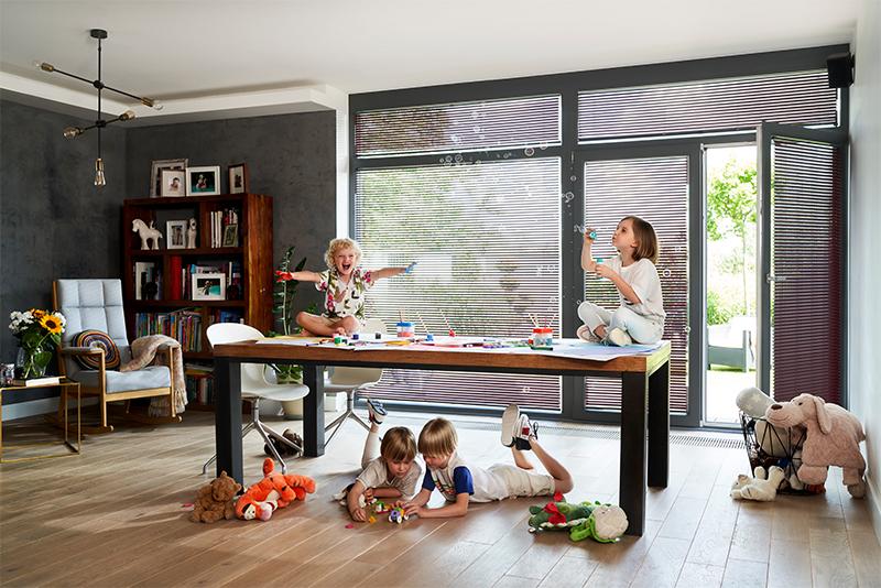 Żaluzje okienne wewnętrzne zapewniają komfortowe warunki w każdym pomieszczeniu.