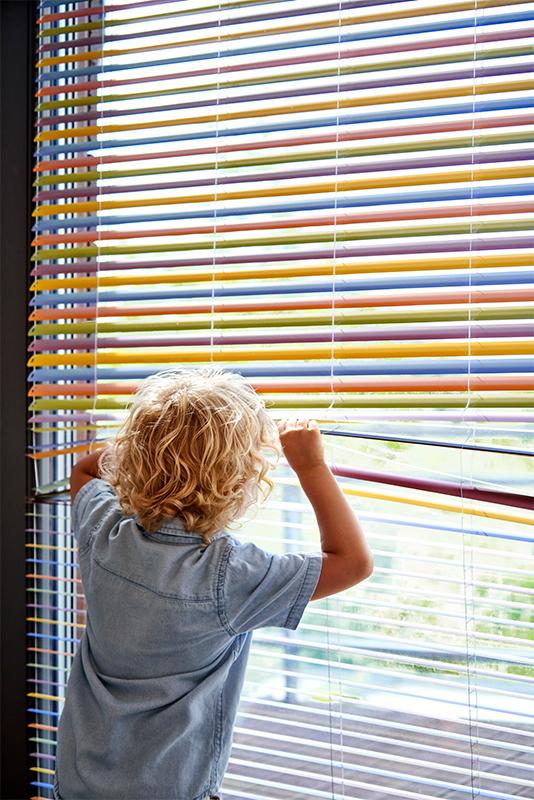 Kolorowe nowoczesne żaluzje to ciekawa dekoracja pomieszczenia.