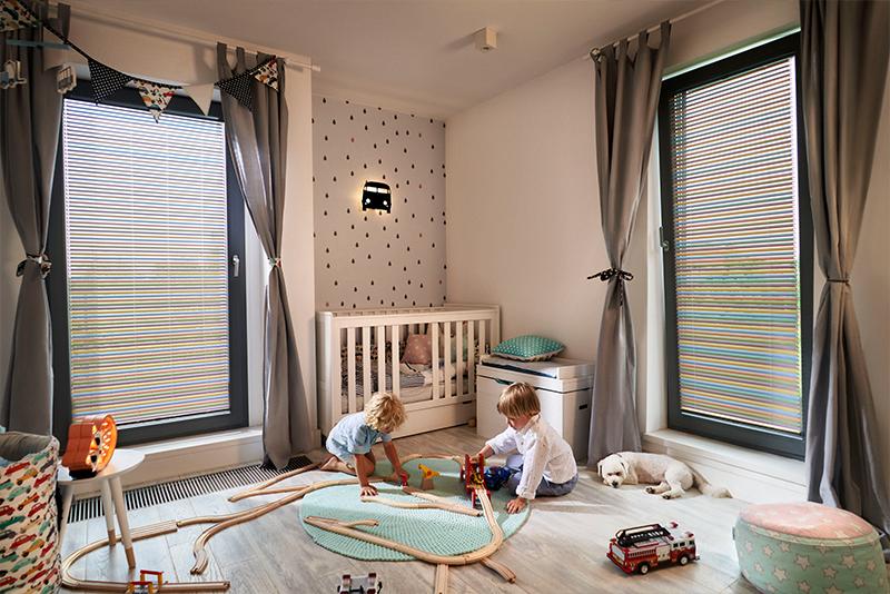 Żaluzje aluminiowe dwukierunkowe są bezpieczne dla dzieci.