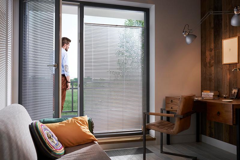 Żaluzje okienne to komfort pracy w domowym biurze.