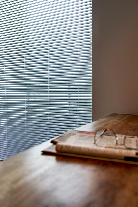 Żaluzje nowoczesne pasują na duże okna.