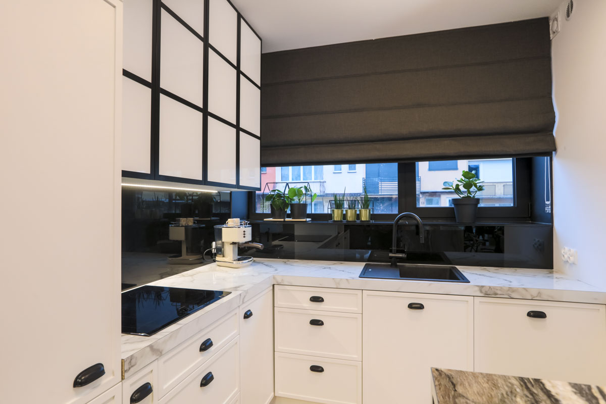 Rolety rzymskie do kuchni stanowią ciekawy element dekoracyjny wnętrza.