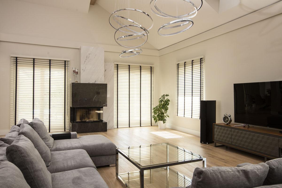 Rolety drewniane doskonale pasują na duże okna w salonie.