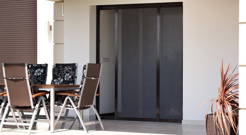 Moskitiera przesuwna to dobre rozwiązanie dla dużych drzwi tarasowych.