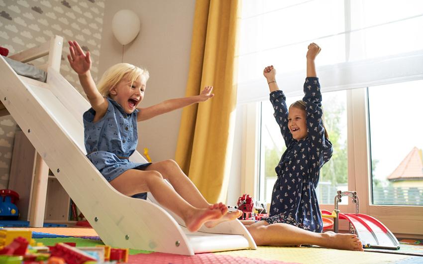 Osłony okienne z atestami gwarantują bezpieczeństwo dzieci.