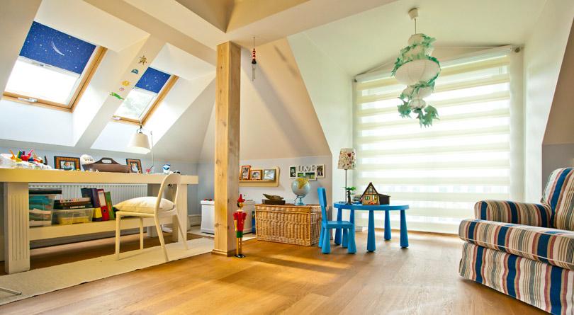 Osłony okienne w pokoju ucznia powinny stać na straży odpowiedniego oświetlenia i temperatury w pomieszczeniu..