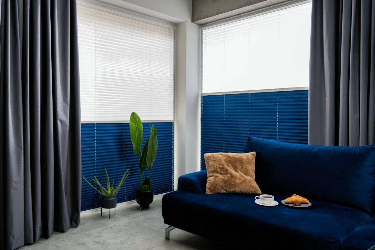 Rolety plisowane dzień noc to ochrona przed słońcem za dnia oraz prywatność po zmroku.