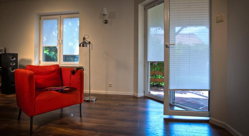 Plisy okienne mogą zastąpić wieszane w oknach firanki.