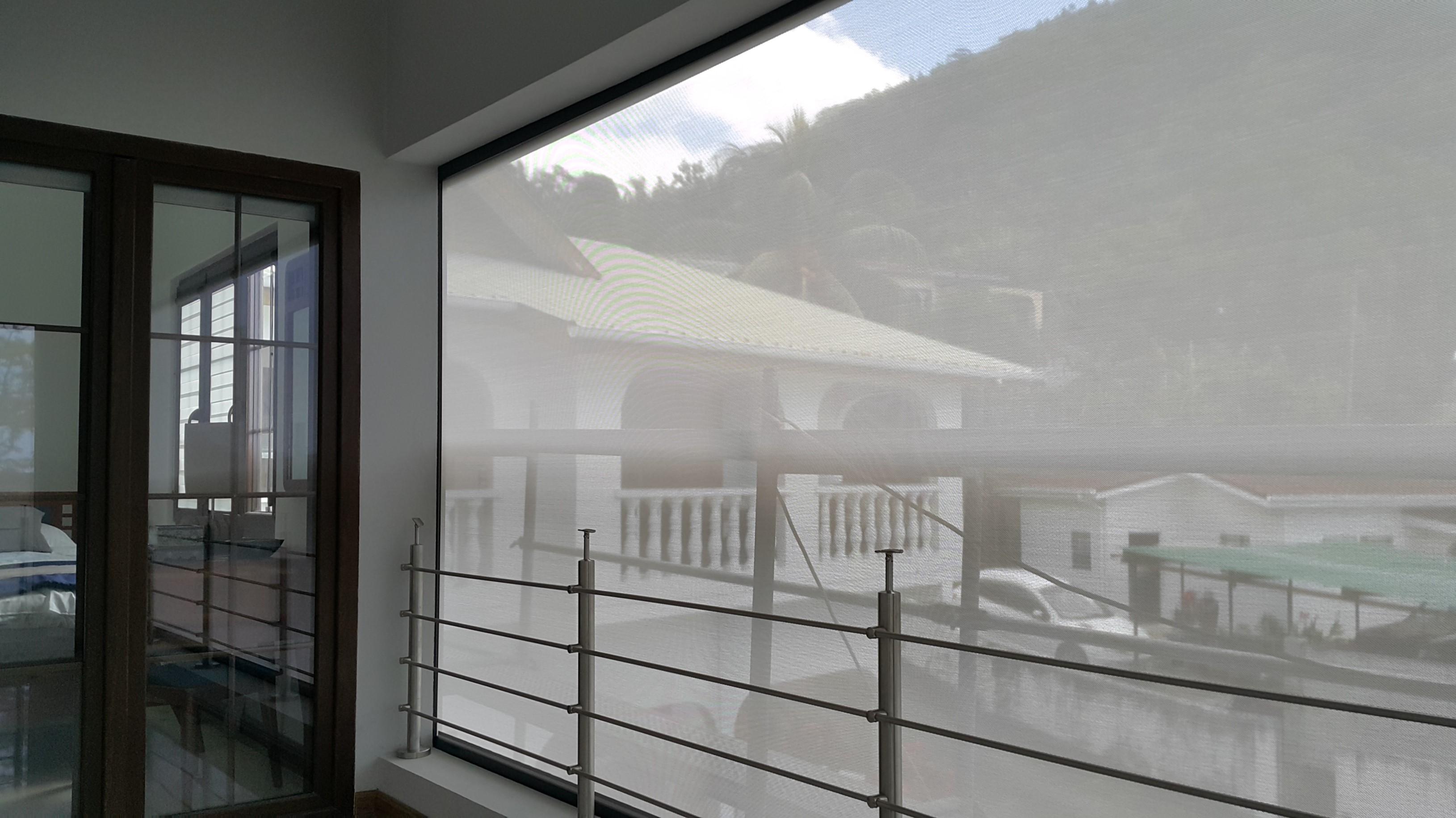 Rolety screenowe mogą być wykonane z tkanin transparentnych, które nie ograniczają widoków za oknem.