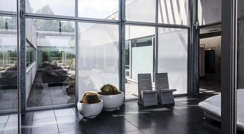 Roletki materiałowe przyklejane na szybę doskonale sprawdzą się na dużych oknach.