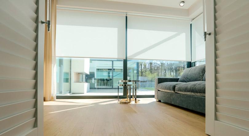 Rolety do okna dużego zapewnią kameralny charakter wnętrza.