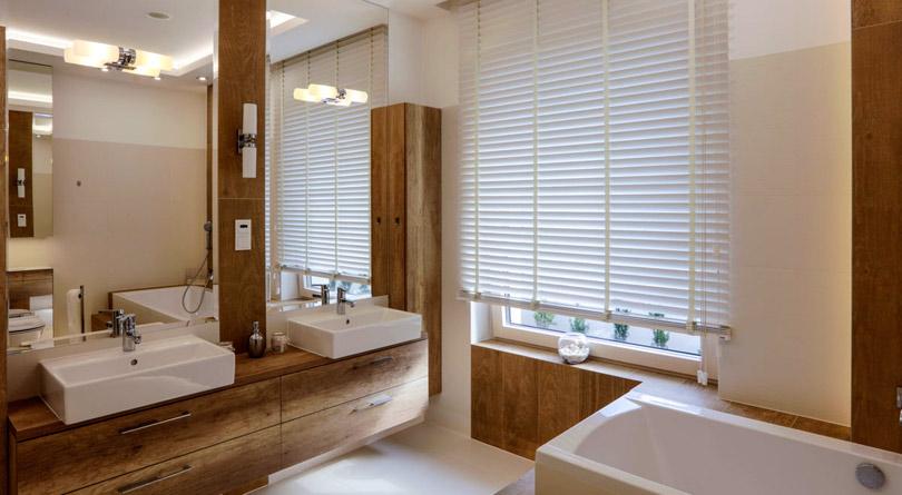 Rolety drewniane w łazience nadają jej klimatu w stylu spa.