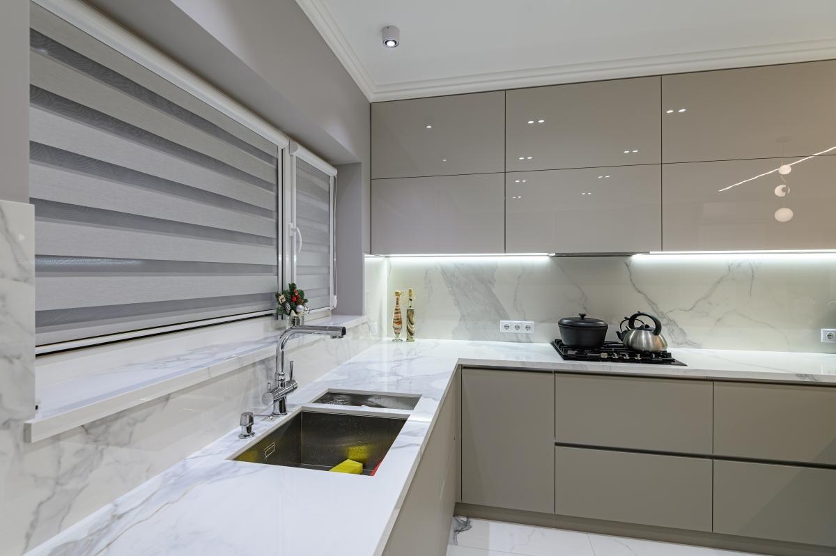 Rolety dzień i noc w ciemnych kolorach będą łatwe do utrzymania czystości w kuchni czy łazience.