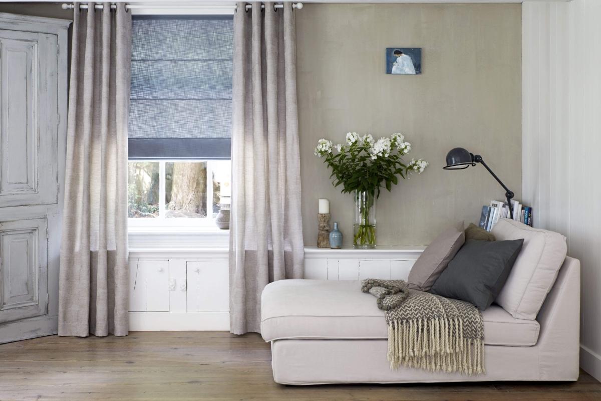 Rolety rzymskie to dekoracja okna, która skutecznie zastępuje firany.