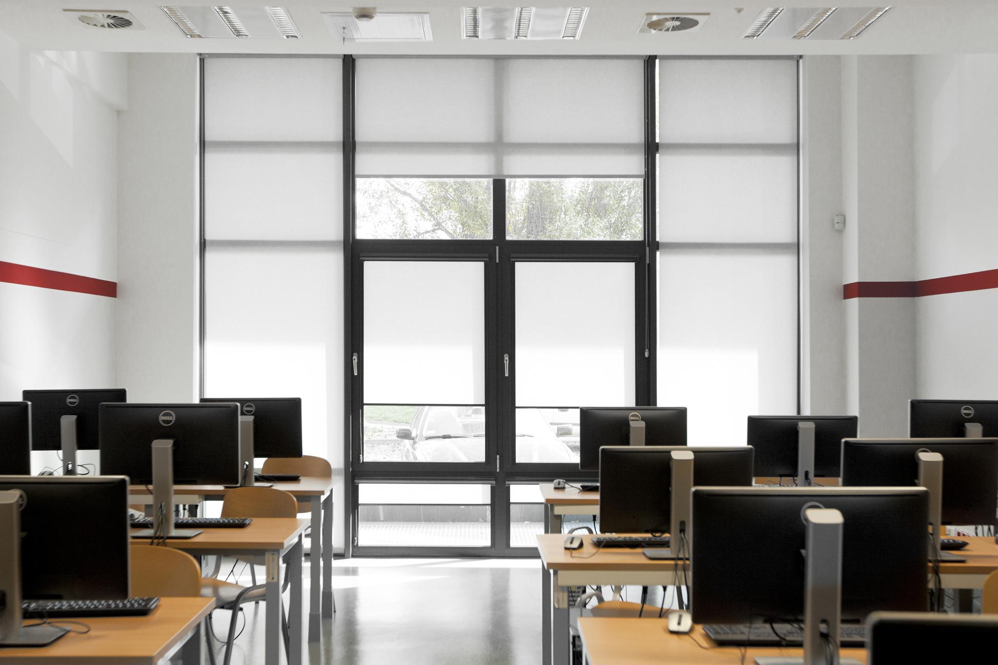 Rolety wewnętrzne materiałowe to ochrona przed refleksami światła na ekranie monitora.