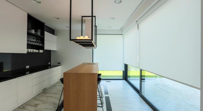 Roleta do okna w kuchni sprawdzi się w stylu minimalistycznym.