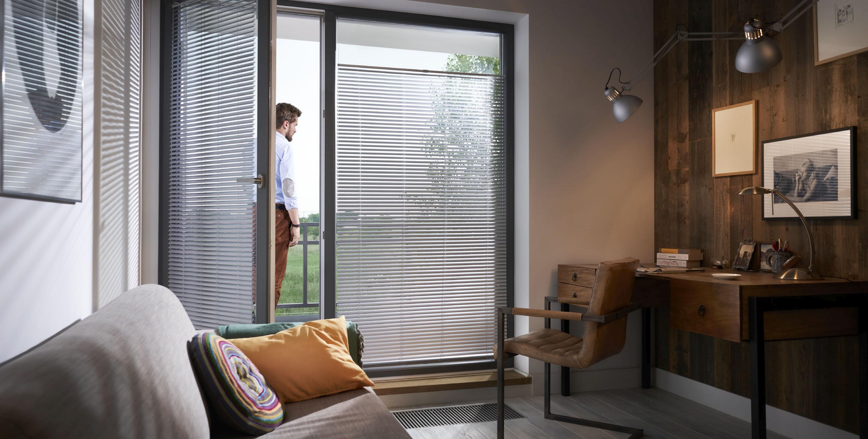 Żaluzje wewnętrzne aluminiowe skutecznie redukują przenikanie promieni słonecznych do wnętrza.