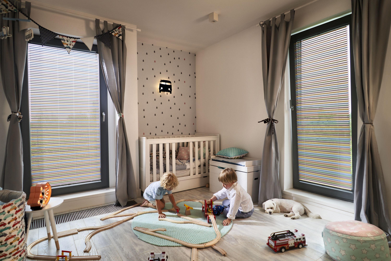 Żaluzje aluminiowe dwukierunkowe są bezpieczne dla małych dzieci.