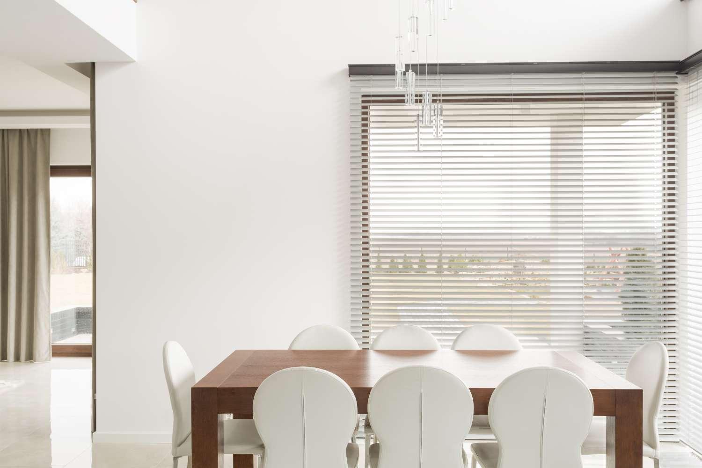 Rolety drewniane w jadalni zapewniają prywatność.
