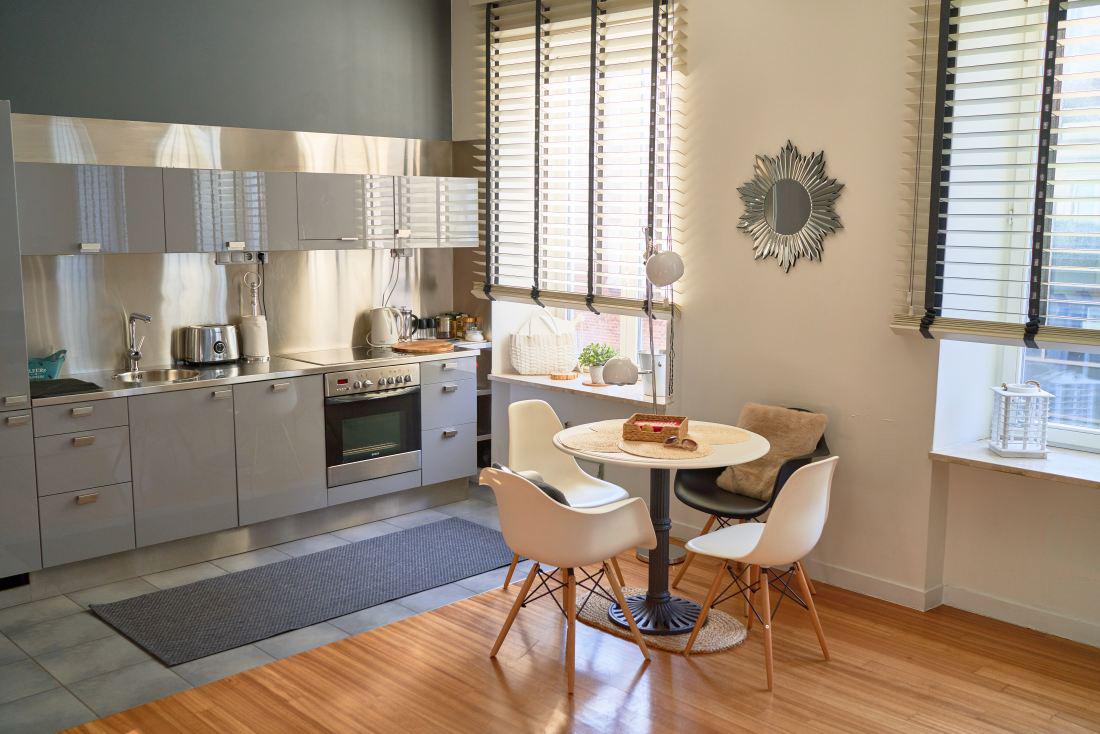Żaluzje rolety drewniane w kuchni zapewniają prywatność i nie zaciemniają pomieszczenia.