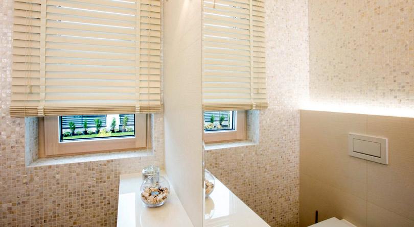 Rolety drewniane w łazience dają poczucie prywatności.