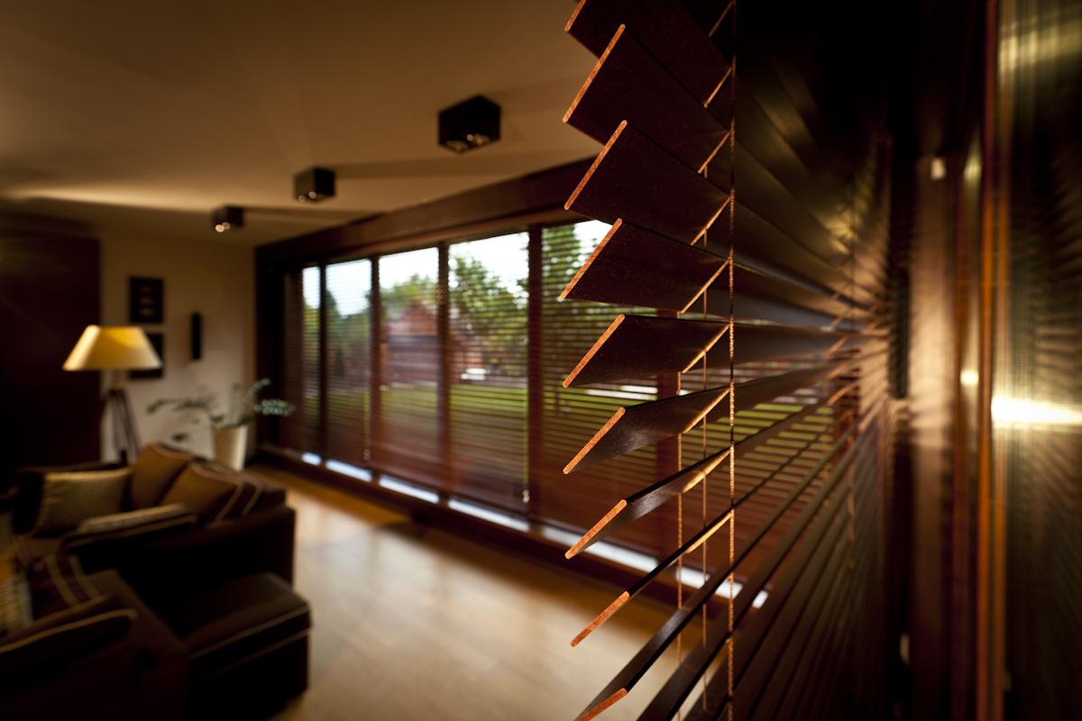Żaluzje rolety drewniane to dobry sposób na przesłonięcie dużych okien.