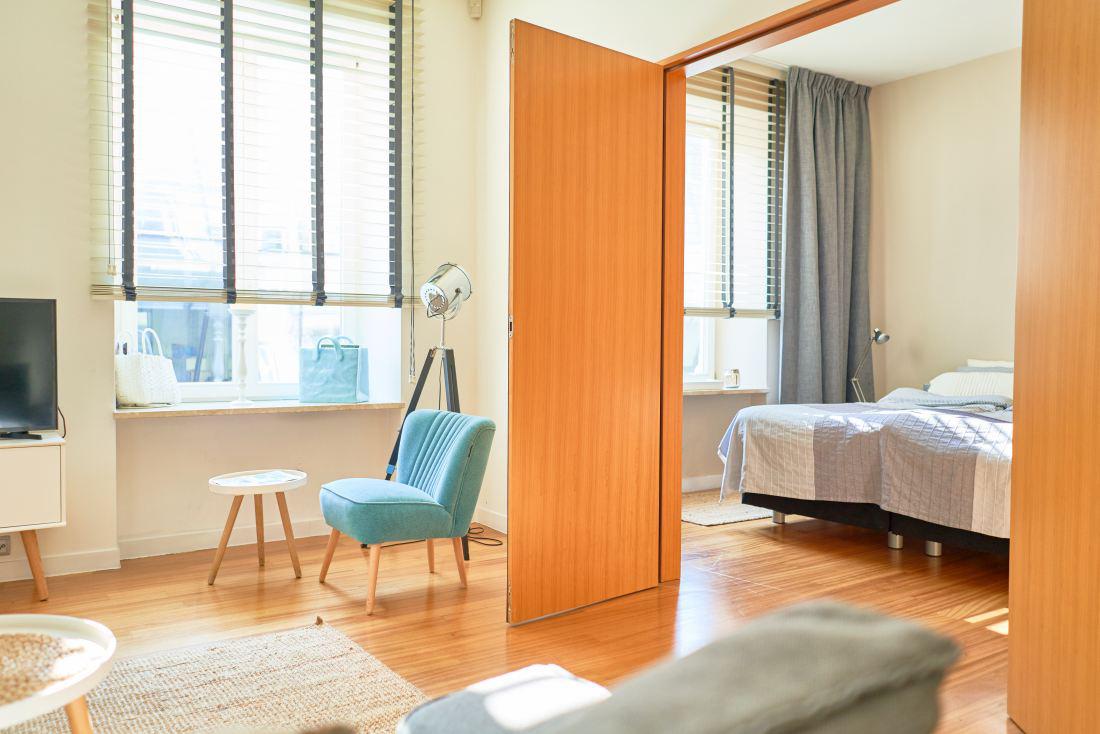 Żaluzje rolety drewniane ocieplają wystrój każdej sypialni.