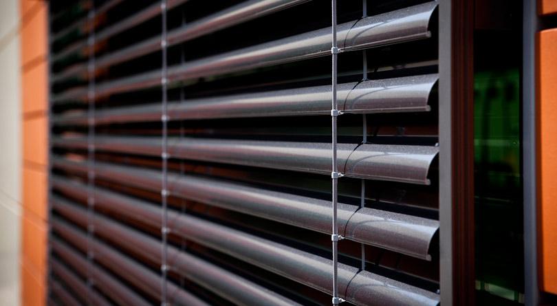 Rolety fasadowe oraz żaluzje fasadowe powinny być regularnie serwisowane.