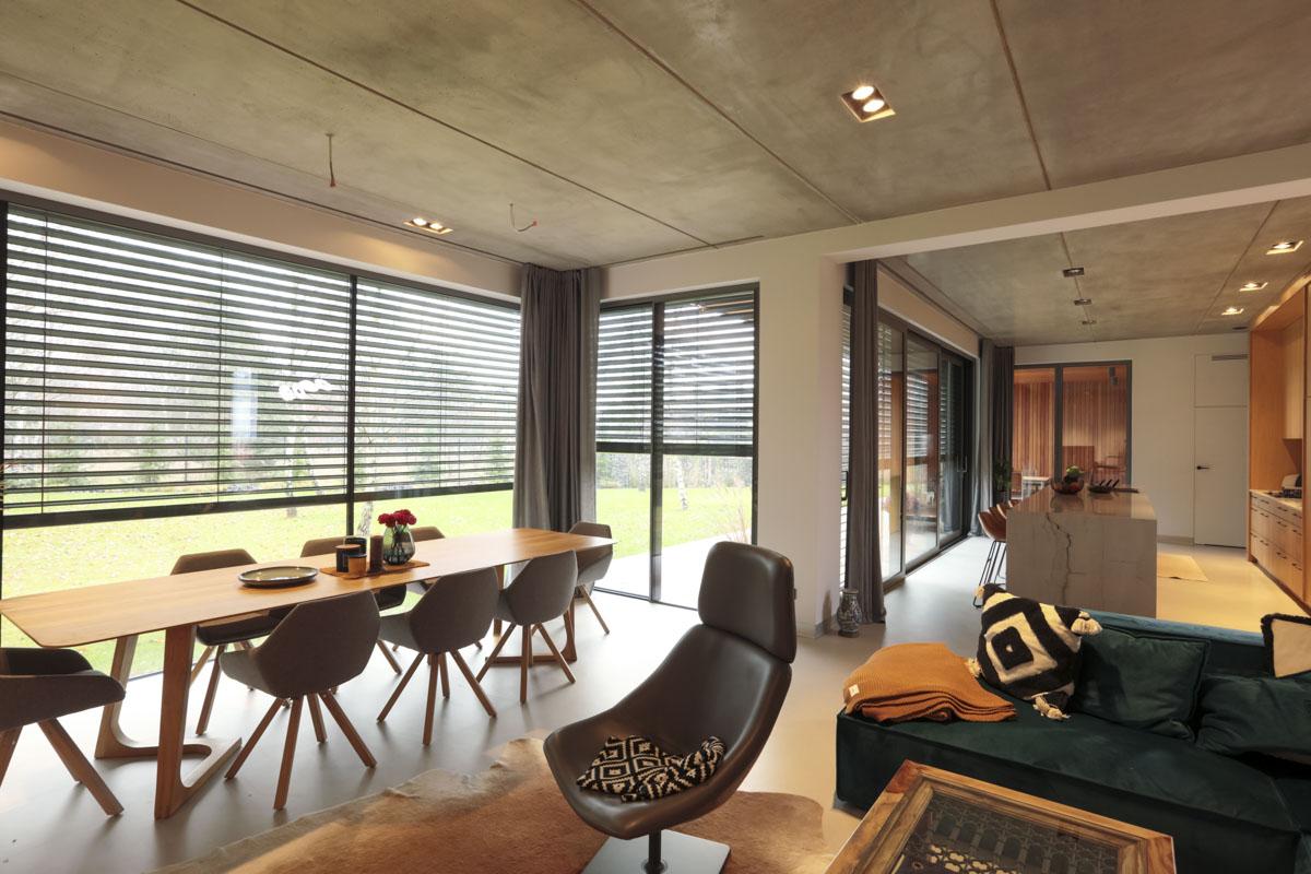 Żaluzje zewnętrze zapewniają prywatność, ochronę przed refleksami słońca oraz nadmiernym nagrzewaniem się pomieszczeń.