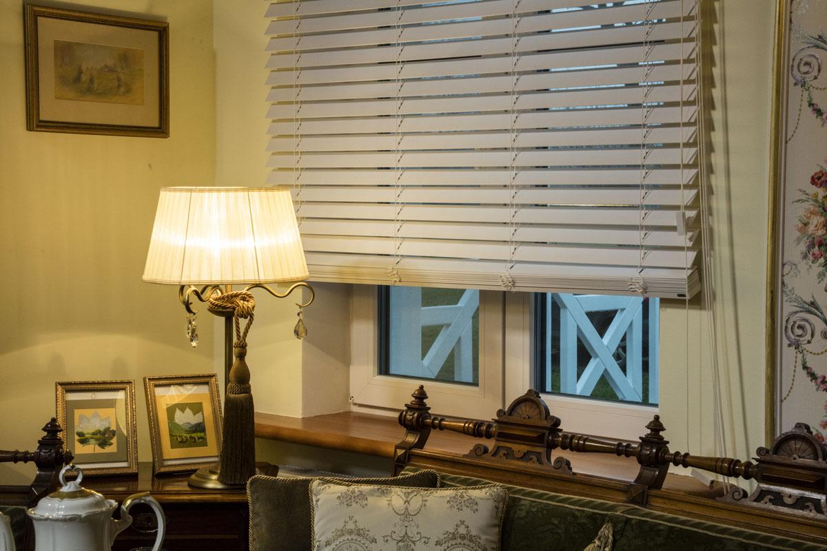 Rolety drewniane w stylu retro pasują do domu w stylu klasycznym.