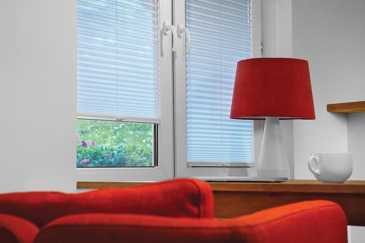 Plisy okienne nawet w stonowanym kolorze stanowią ciekawą dekorację okien.