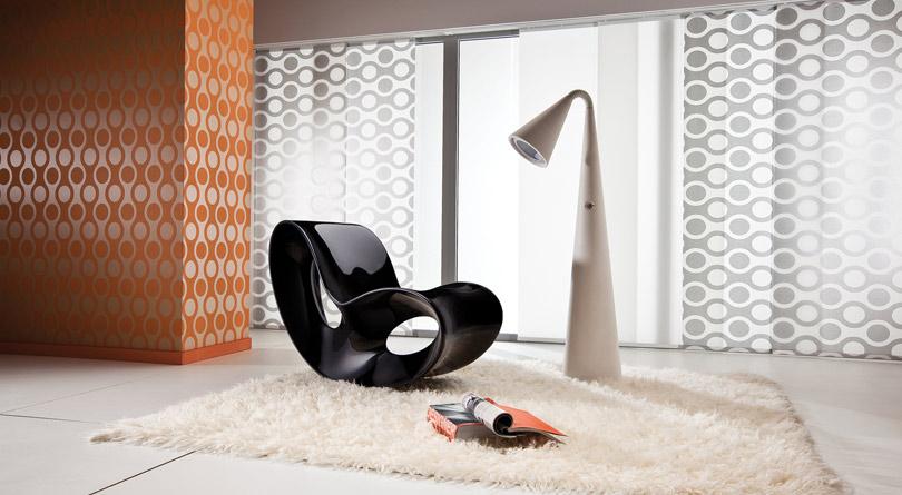 Zasłona panelowa w salonie to ciekawa alternatywa dla klasycznych załon.